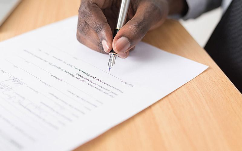 Assinatura do Termo de Rescisão do Contrato de Trabalho no momento da demissão.