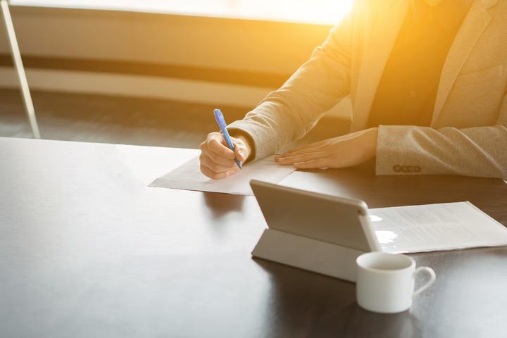 Advogado calculando os honorários sucumbenciais que precisa receber