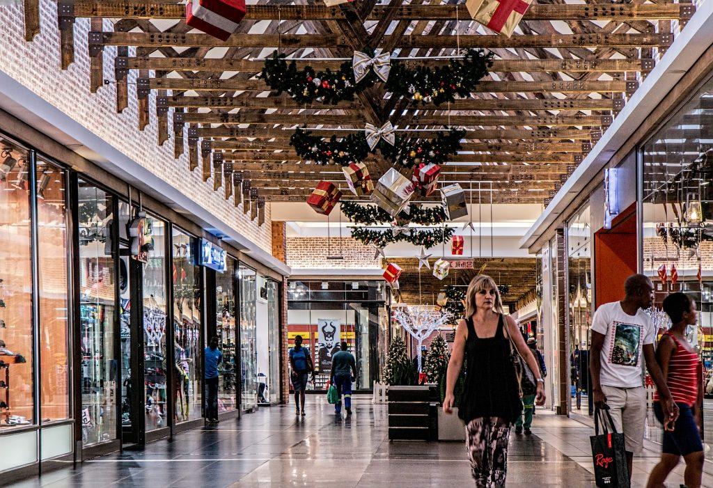 Contratos de trabalho temporário são muito comuns em shoppings nos fins de ano