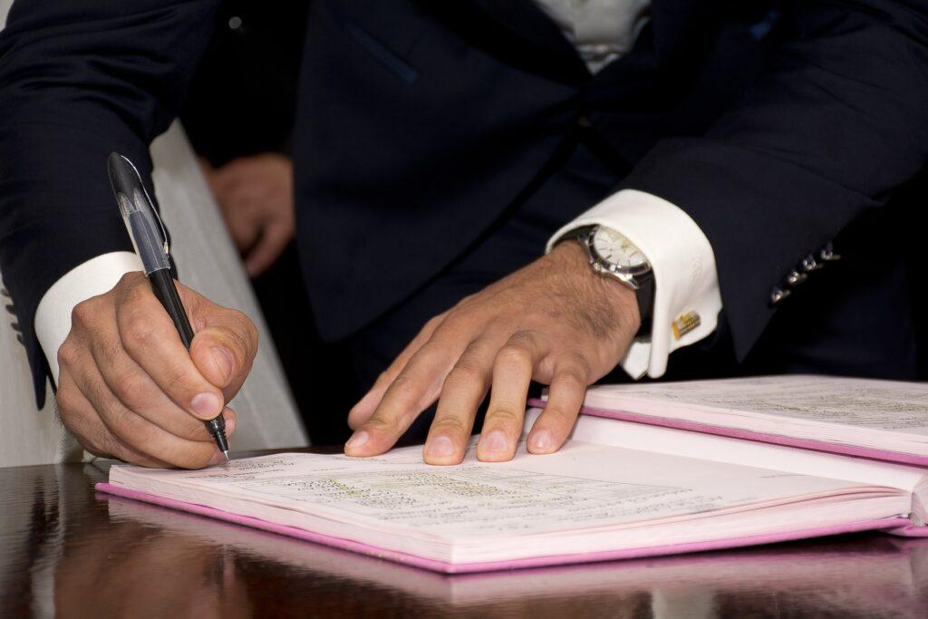 Empregador assinando Contrato por Tempo Determinado