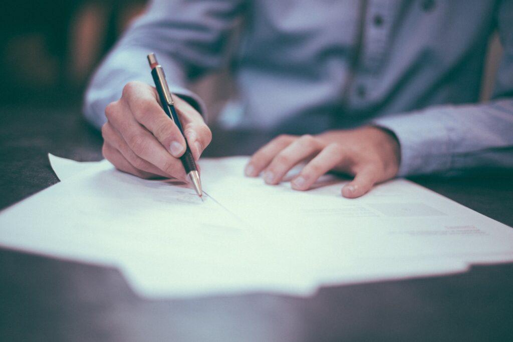 Contrato por Tempo Determinado sendo assinado