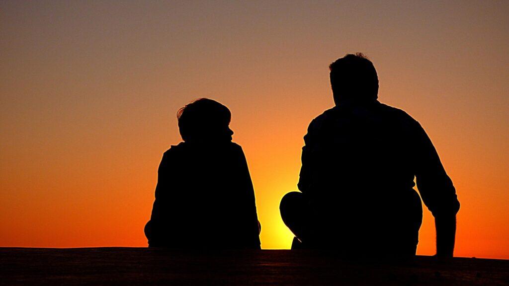 Pai e filho em regime de visitas na guarda de filhos