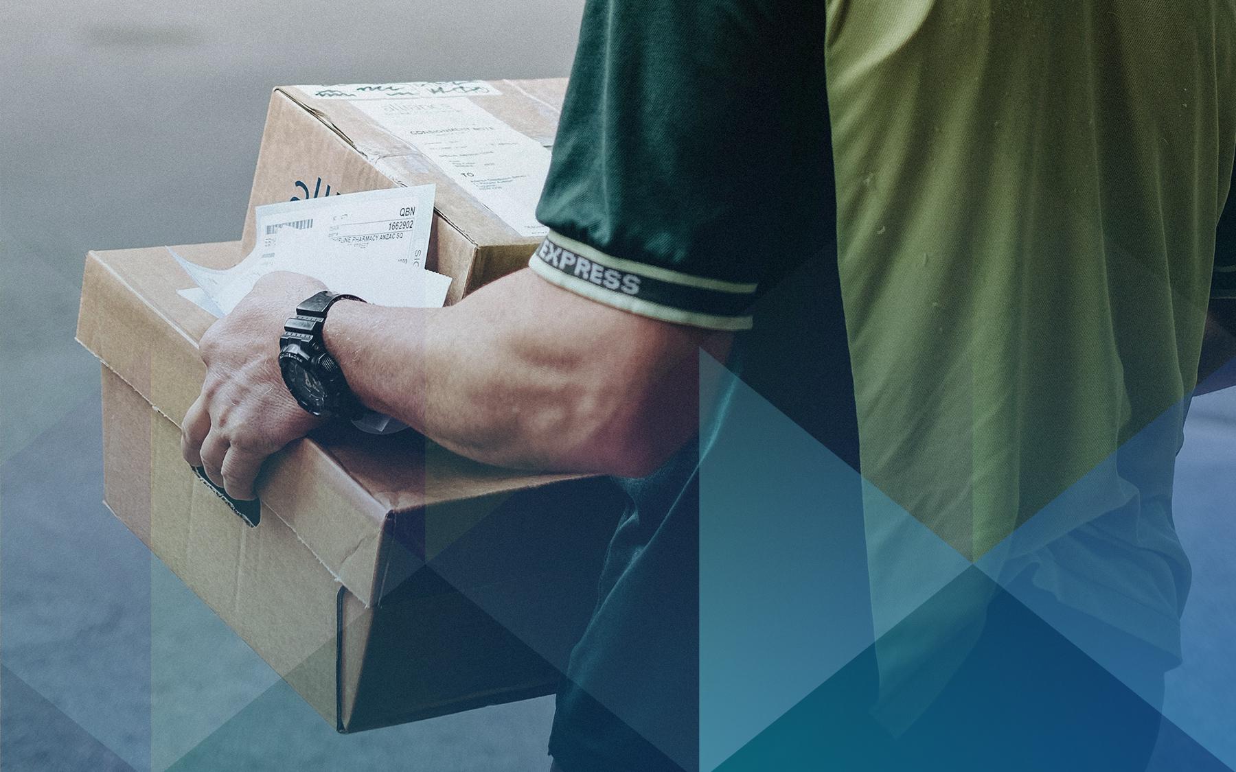 """A imagem de destaque para o texto """"Direito de Arrependimento: o que é e como funciona"""" mostra um homem de costas vestindo uma camisa verde carregando duas entregas embaladas em caixas de papelão"""