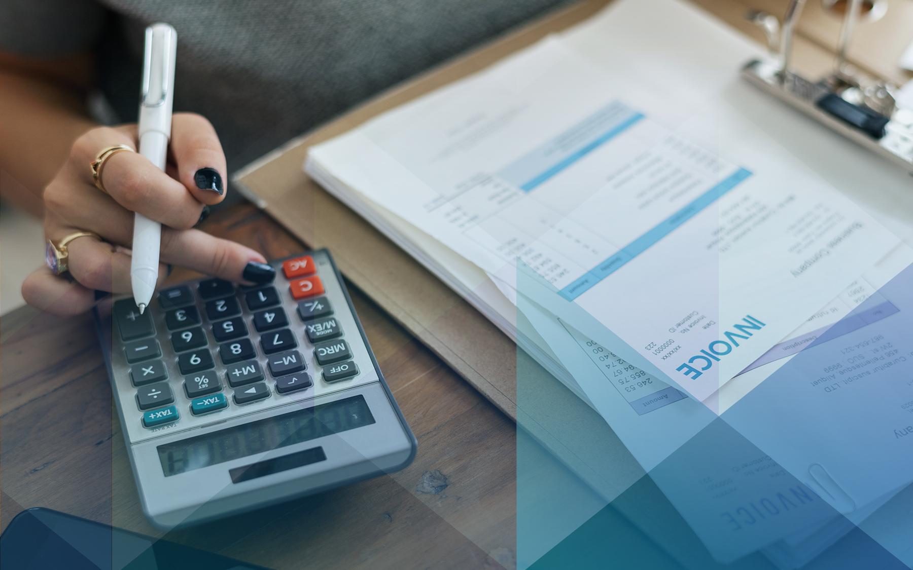 """Imagem de destaque para o texto """"Negativação indevida"""", mostra o detalhe da mão de uma pessoa, que faz um cálculo em uma calculadora e confere uma pasta de documentos"""
