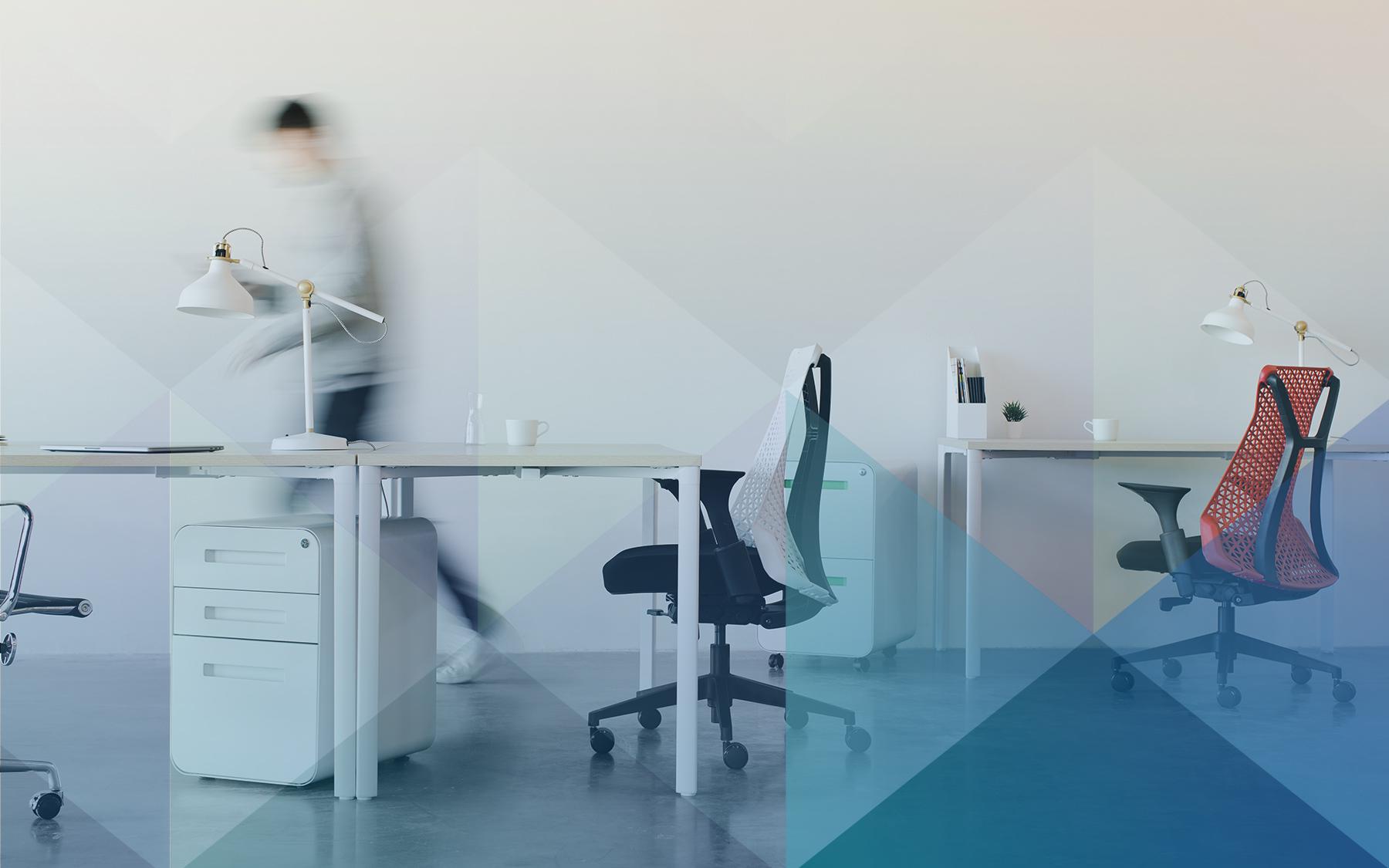 """Imagem em destaque para o texto """"Dispensa por justa causa por faltas"""", mostra um escritório com duas cadeiras. O vulto de uma pessoa andando é mostrado ao fundo"""