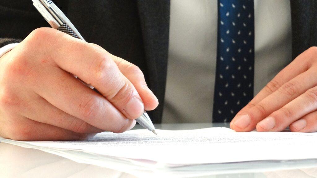 Advogado assinando revisão FGTS